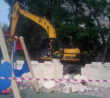 Из-за прорвавшей водопроводной трубы пришлось разрушить одну из башен «Сказки» в Корабельном районе (видео)   Корабелов.ИНФО image 11