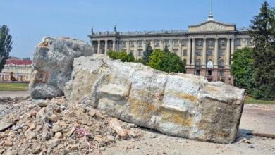Photo of Дождались: коммунальщики повалили бетонную глыбу на Соборной площади
