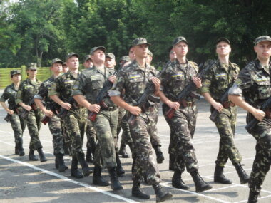 В Николаеве присягнули на верность Родине будущие офицеры запаса, учившиеся летать на базе аэродрома в Кульбакино