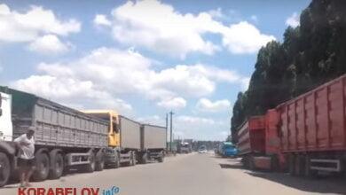 Photo of Зерновозы заполонили дороги в Корабельном. Люди собираются перекрывать дорогу (Видео)