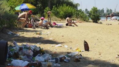 «Ой, це менталітет такий». Відпочиваючі на пляжі в Корабельному повільно перетворюють його на сміттєзвалище (ВІДЕО) | Корабелов.ИНФО image 21