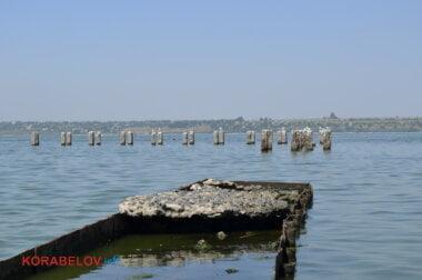 """сваи и разрушенный мостик на пляже """"Чайка"""""""