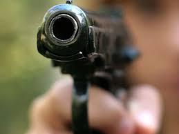 Photo of Пытаясь отобрать у пьяного мужчины оружие, девушка получила ранение
