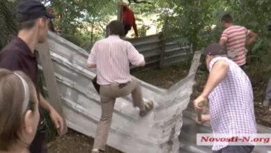 Строительный конфликт в Николаеве: жители ломают забор (ВИДЕО) | Корабелов.ИНФО image 2