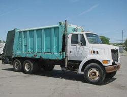 Photo of В Николаеве на мусоровозы с открытым кузовом натянут тенты
