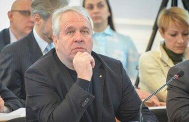 в центре - Сергей Исаков