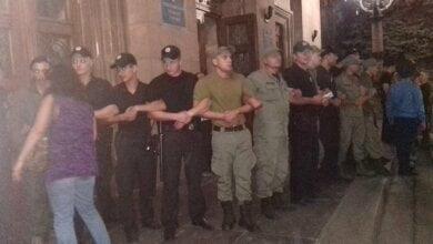 Толпа подростков прорывалась в горсовет за рэпером – нескольких фанов задержала полиция (видео)   Корабелов.ИНФО