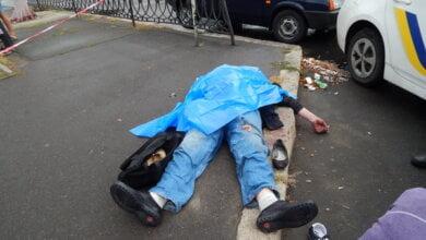 Мужчина умер посреди улицы в Корабельном районе, его невменяемую спутницу госпитализировали (ВИДЕО) | Корабелов.ИНФО image 1