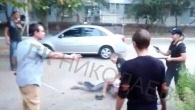 Маты, крики, пистолет... ВИДЕО задержания патрульными полицейскими дебоширов в Корабельном районе   Корабелов.ИНФО
