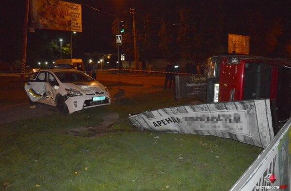 В Николаеве после столкновения с патрульным автомобилем внедорожник перевернуло на бок - есть пострадавшие | Корабелов.ИНФО