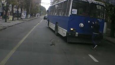 В Николаеве появились экстремалы - любители покататься, прицепившись к троллейбусу. ВИДЕО | Корабелов.ИНФО