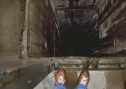 Photo of «Если бы я в него села»… В «многоэтажке» Корабельного района лифт с жутким грохотом рухнул в шахту
