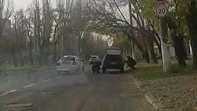 В Николаеве водитель стал жертвой вора, который специально пробил колесо в его автомобиле (Видео кражи) | Корабелов.ИНФО