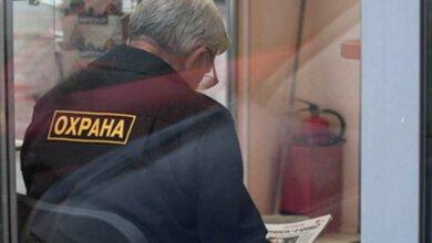 Хулиганы избили сторожа на территории школы в Корабельном районе, отобрав у него пистолет | Корабелов.ИНФО