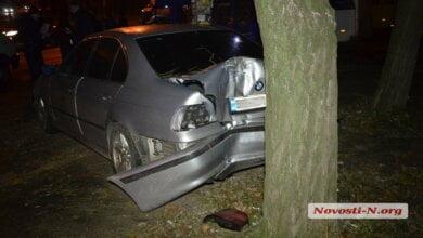 В Николаеве водитель БМВ, убегая после мелкого ДТП, врезался в дерево   Корабелов.ИНФО image 1