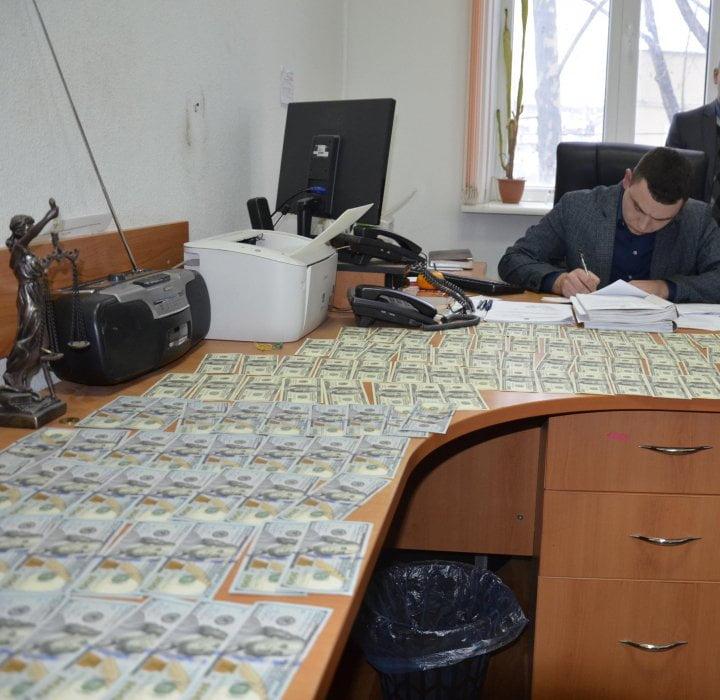 Photo of В Николаеве прокурор отказался от взятки в $10 тысяч от организатора игорного бизнеса – взяткодатель задержан