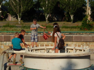 """неработающий фонтан у бизнес-центра """"Металлург Юга"""""""