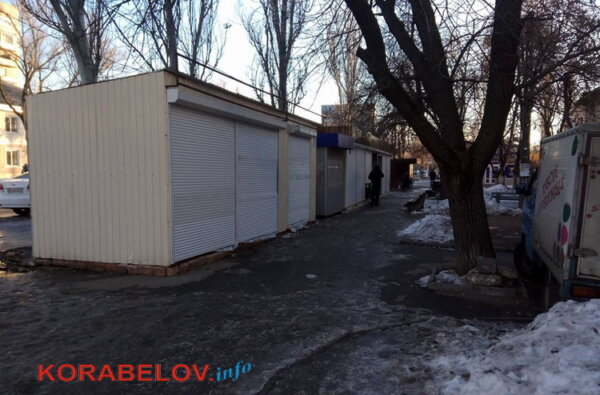 В незаконных будках по пр.Богоявленскому, подлежащих демонтажу, идет торговля | Корабелов.ИНФО image 1