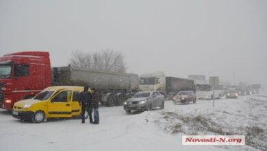 На выезде из Николаева скопились сотни автомобилей. Но некоторые водители прорываются, несмотря на метель   Корабелов.ИНФО