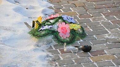 В Николаеве во двор дома бизнесмена бросили похоронный венок с гранатой (видео) | Корабелов.ИНФО