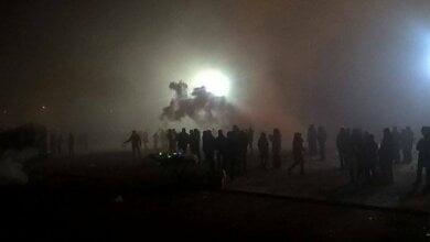 Photo of «Тут стреляют, отступаем!» — в новогоднюю ночь у главной елки Николаева жгли файеры и пугали людей петардами (видео)
