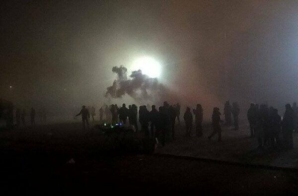 «Тут стреляют, отступаем!» - в новогоднюю ночь у главной елки Николаева жгли файеры и пугали людей петардами (видео)   Корабелов.ИНФО image 1
