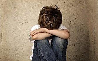 Из-за кражи 20-ти гривен у матери, мужчина заставил ребенка стоять на коленях на соли 10 часов | Корабелов.ИНФО