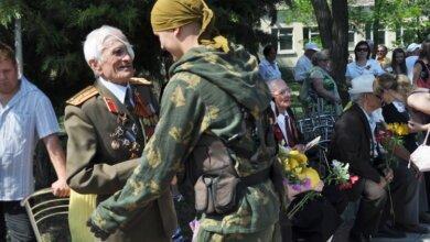 ветераны у обелиска воину-освободителю в Корабельном районе