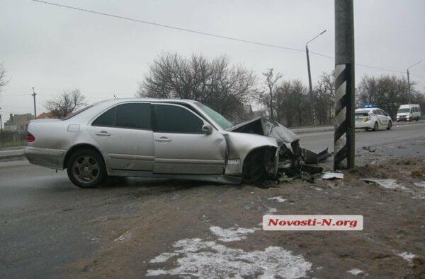 На пр. Богоявленском  Mercedes врезался в столб. Водитель винит очень скользкую дорогу, необработанную коммунальщиками | Корабелов.ИНФО image 3