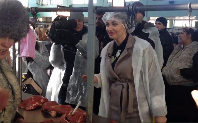 Photo of «Это просто ужас!», – Ревизор со скандалом проверила качество мяса на рынке в Николаеве (ВИДЕО)