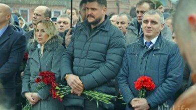Николаевские чиновники на коленях почтили память расстрелянных на Майдане | Корабелов.ИНФО