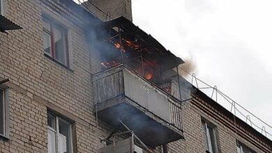 В Николаеве пожарный спас пенсионерку, которая выпала из охваченного огнем балкона | Корабелов.ИНФО