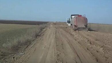 В районе села Лиманы на разбитой дороге застряла цистерна с маслом (видео) | Корабелов.ИНФО