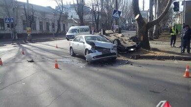 На перекрестке в Николаеве «KIA» протаранил «ВАЗ», который от удара перевернулся и врезался в дерево   Корабелов.ИНФО image 1