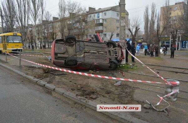 В Николаеве автомобиль врезался в столб и перевернулся | Корабелов.ИНФО