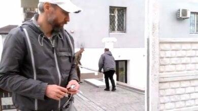 В Николаеве депутат от «Самопомощи» ударил жителя, снимавшего установку «депутатского забора»   Корабелов.ИНФО