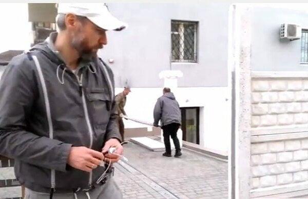 В Николаеве депутат от «Самопомощи» ударил жителя, снимавшего установку «депутатского забора» | Корабелов.ИНФО