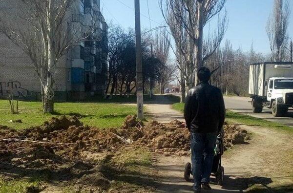 """В Широкой балке """"Николаевводоканал"""" разрыл тротуар еще месяц назад - жалуются местные жители   Корабелов.ИНФО"""