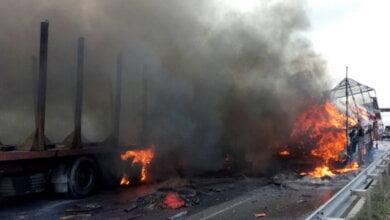 ДТП у Вітовському районі: дві вантажівки зіткнулись та загорілися - гасити прибули 5 одиниць техніки та 20 рятівників | Корабелов.ИНФО image 1