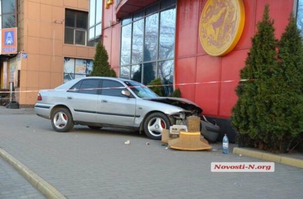 """""""Mazda"""" врезалась в ресторан в центре города   Корабелов.ИНФО image 1"""