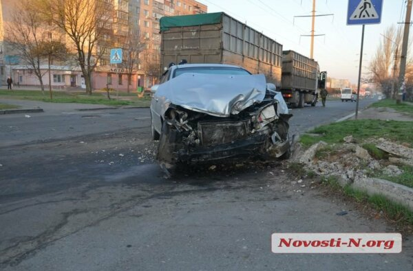 Пьяный водитель на «Шевроле» в Николаеве врезался в зерновоз | Корабелов.ИНФО