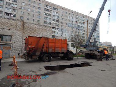 Как спасали провалившийся под асфальт мусоровоз в Корабельном районе | Корабелов.ИНФО image 7