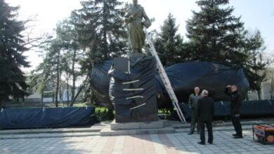 Завдяки благодійникам, у Корабельному районі, готуючись до свят, провели роботи з ремонту та благоустрою пам'ятників   Корабелов.ИНФО