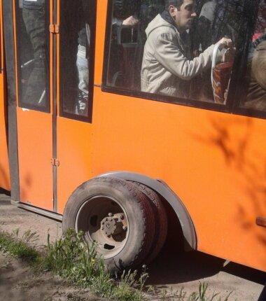 Человек с ведром и общественный транспорт в николаеве