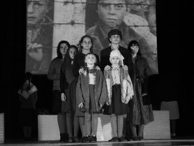 Photo of Жахи важких воєнних часів показали у палаці культури «Корабельний» учасники дитячої театральної студії «Апельсин»