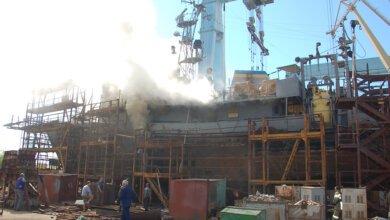 На заводе Новинского в Николаеве горело судно: пожарные эвакуировали 12 человек (ВИДЕО) | Корабелов.ИНФО image 1