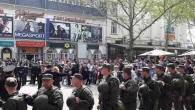 Сразу две колонны «Бессмертного полка» шли в Николаеве: людей с флагами Украины догоняли кричащие «Фашизм не пройдет»   Корабелов.ИНФО image 3
