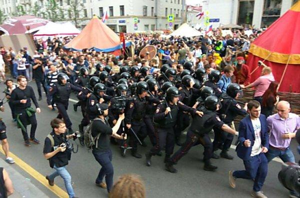 В России спецназ полиции на митинге избивает активистов дубинками, задержано более 700 человек (ВИДЕО) | Корабелов.ИНФО