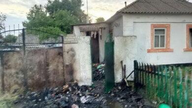 У дворі в Корабельному районі загорілося сміття, вогонь перекинувся на будинок. Врятували нетверезого хазяїна | Корабелов.ИНФО image 1
