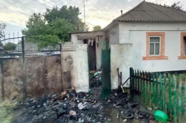У дворі в Корабельному районі загорілося сміття, вогонь перекинувся на будинок. Врятували нетверезого хазяїна   Корабелов.ИНФО image 1